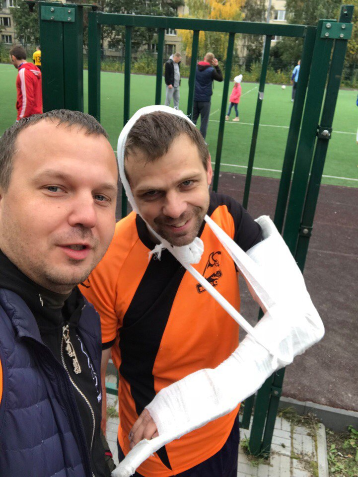Александр Хиценко и Алексей Копылов в гипсе