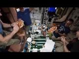 Космонавты приготовили пиццу прямо в невесомости