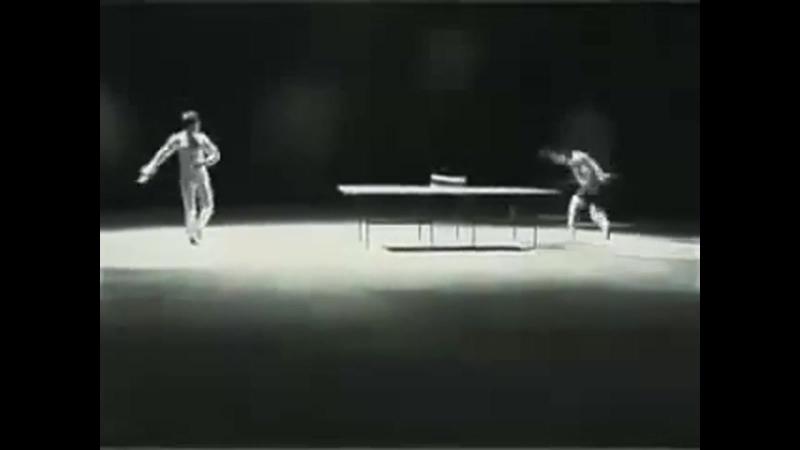 Брюс Ли играет в пинг-понг нунчаками.
