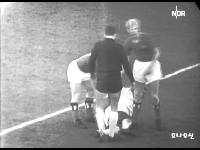 1962 Away Pele vs hamburg
