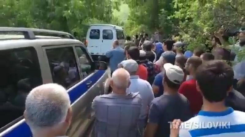 ⚡💥 Крымские татары в Бахчисарае провожают задержанного за терроризм хизбутчика.  @SIL0VIKI