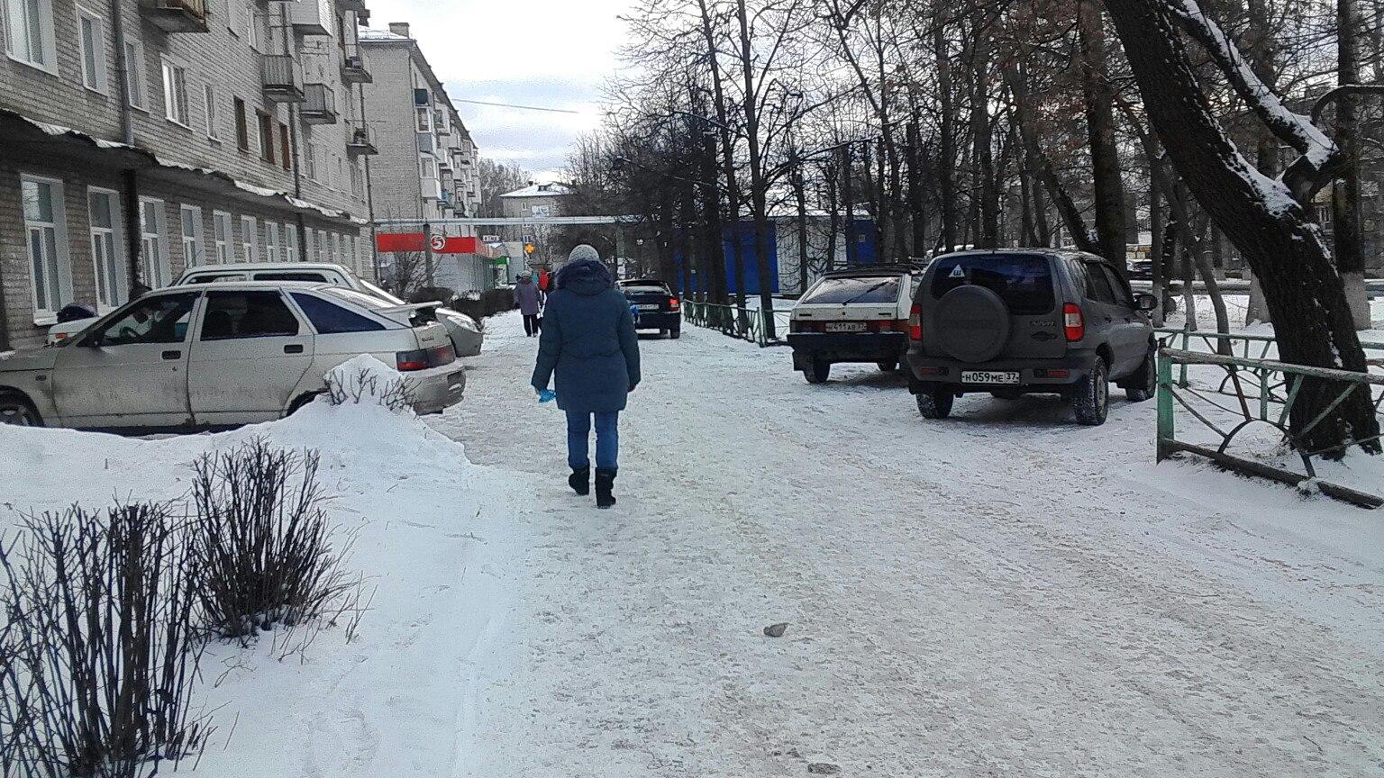 Администрация города Шуи, посмотрите на безобразие около 2 детской поликлиники, машины ездят по тротуару!