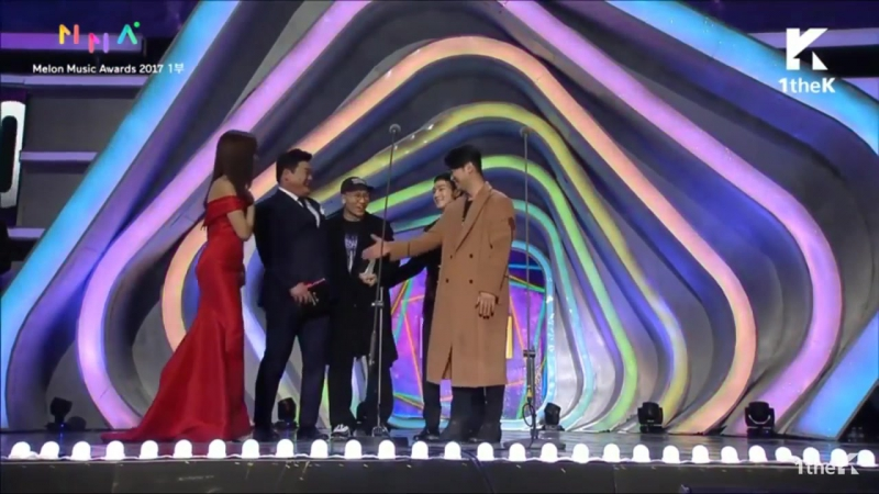 CHEN and Dynamic Duo for winning Best RAP/HIPHOP award with 'Nosedive' at Melon Music Awards 2017!