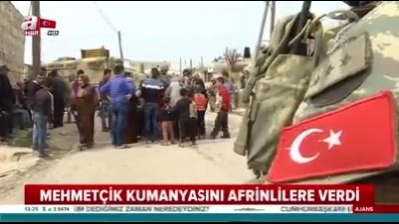 Турецкие солдаты раздают сладости жителям Африна