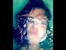 Adriana Chechik ныряет в ванне