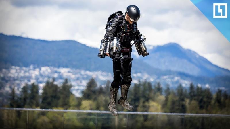 Железный человек в реактивном костюме