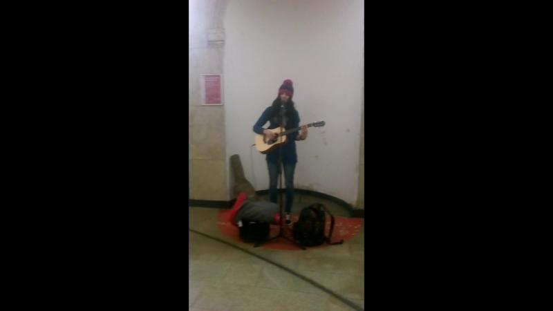 Симпатичная Девушка красиво играет на гитаре
