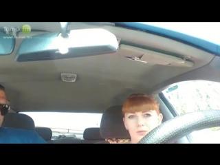 Девушка и инструктор по вождению