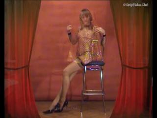 Небольшой стриптиз девушки в прозрачном платье