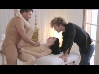 Брюнетка Aria Alexander изменяет парню в его присутствии