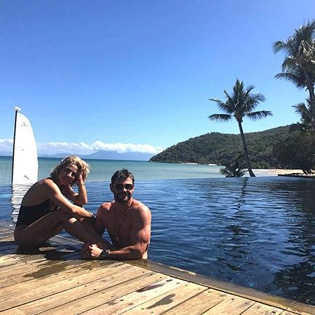 Крис Хемсворт отметил день рождения с женой Эльзой Патаки на острове - природном чуде света
