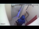 Пьяный мужчина три час выламывал дверь в подъезде