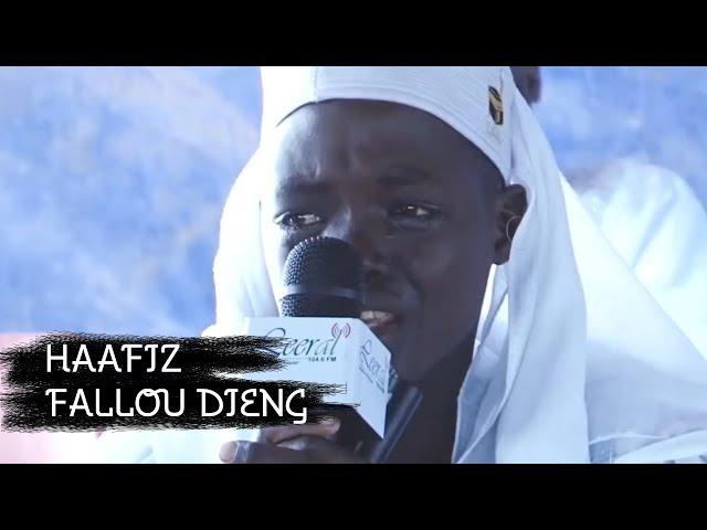 Сенегальский мальчик читает Коран Зал плачет