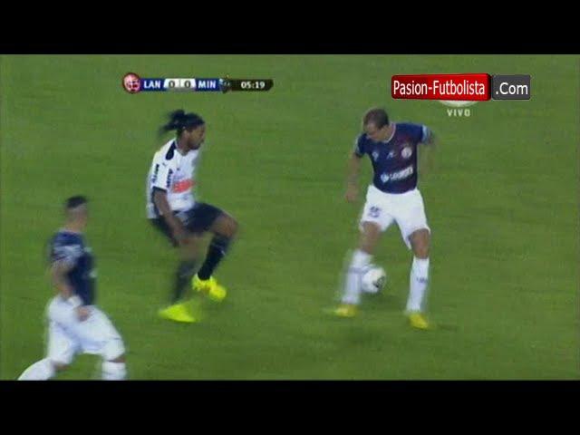 Increible Caño de Ronaldinho a Somoza Lanus 0 vs 1 Atletico Mineiro Recopa Sudamericana 16 07 2014