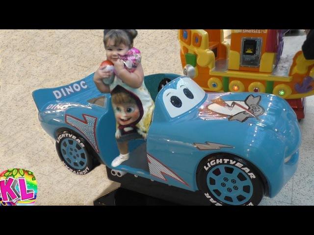 Лиза и Свинка Пеппа весело играют на детской площадке в Икеа