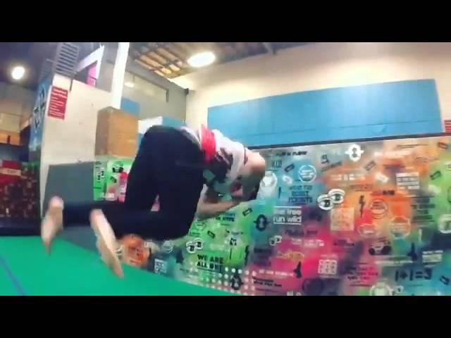Тэо классно прыгает.