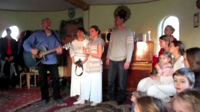 Родина исполняет семья Ветровых : Софья,Елизавета и Сергей