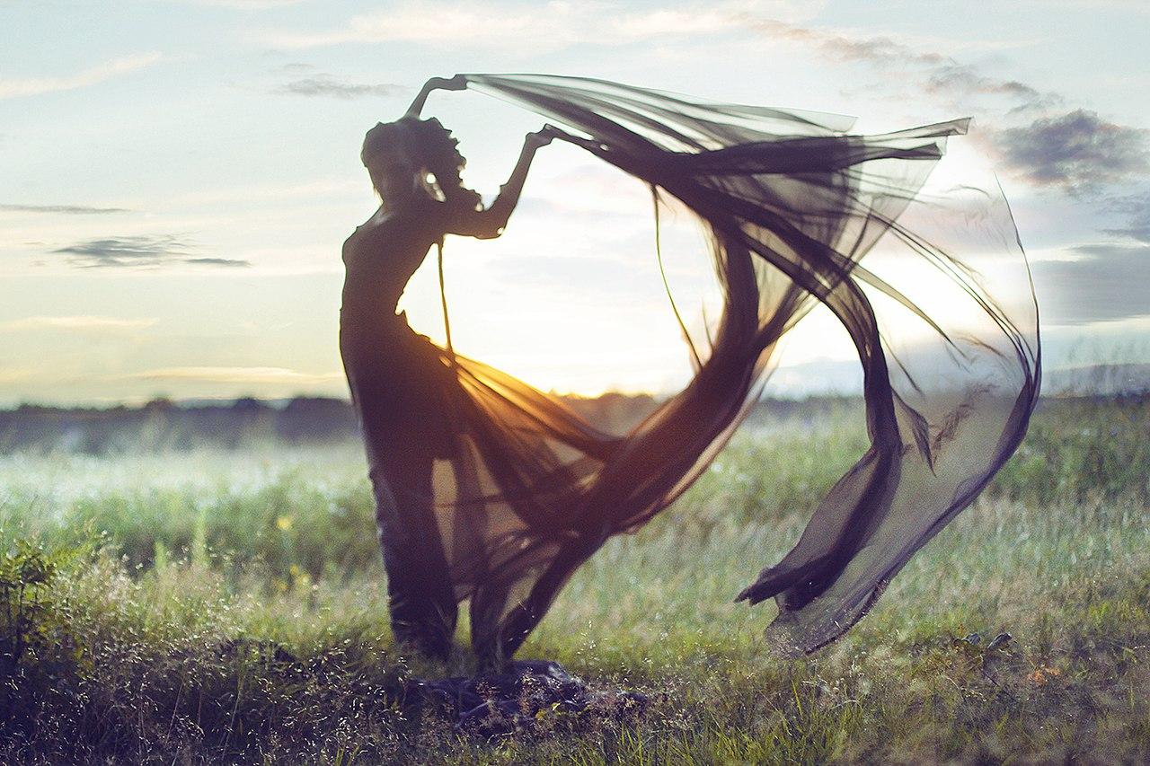 Девушка с тканью в поле