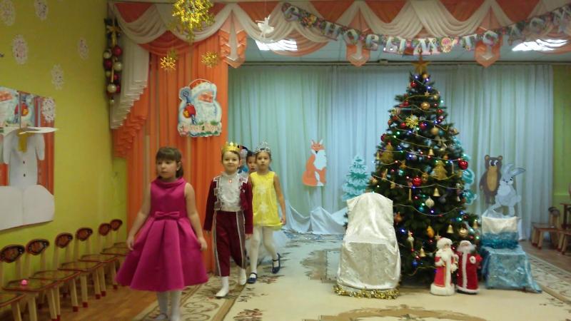 Новогодний праздник у Филечки в детском саду. На этом празднике он был Королём.