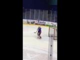 Танец маленького финского вратаря под новогоднюю песню прямо во время матча
