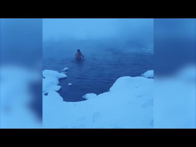 Нарушая запреты Парень купается в 40 в Норильске