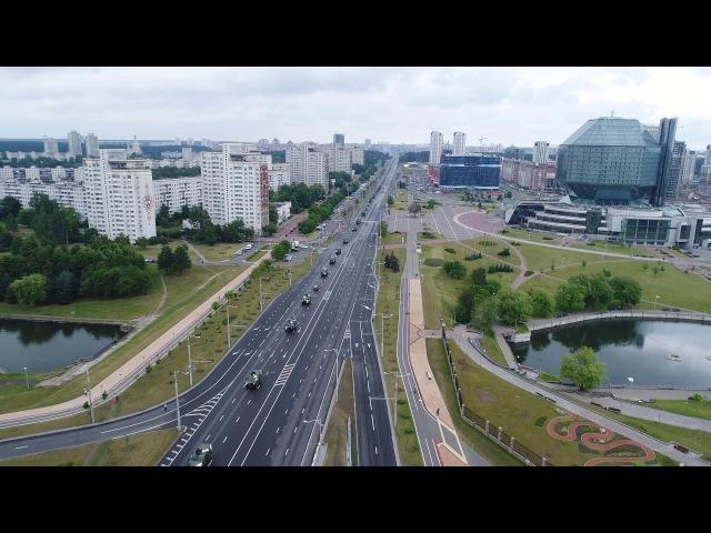 Проезд колонны техники и танков по проспекту Независимости до столкновения со с...