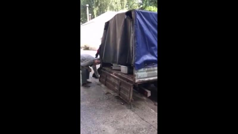 В школу возят еду на старой грязной «ГАЗели»