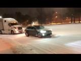 Tesla Model X вытаскивает застрявшую на снегу фуру
