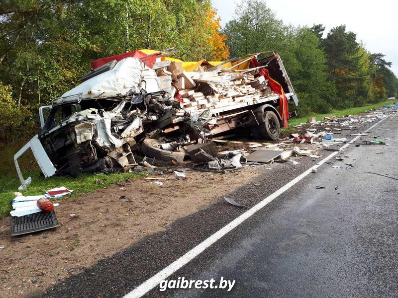 Лобовое столкновение двух фур в Ляховичском районе: один водитель погиб, другой в реанимации
