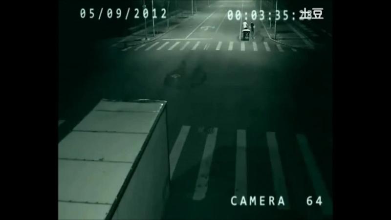 В Китае ангел спас человека от смерти,засняла скрытая камера на дороге