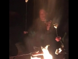 Илон Маск выложил видео, в котором, сидя у костра, распевает песню Джонни Кэша и жарит традиционные зефирки