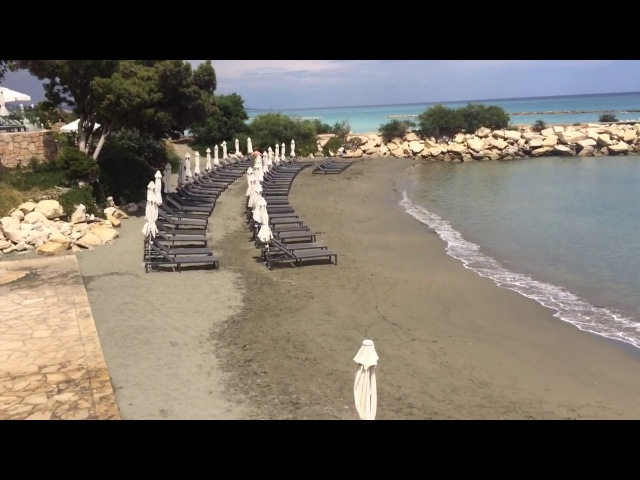 Курорт на Кипре. Пляж. The beach at The Royal Apollonia hotel, Limassol Cyprus