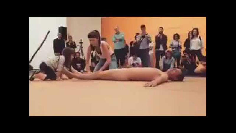 Criança é estimulada a tocar homem nu em amostra de arte em SP.