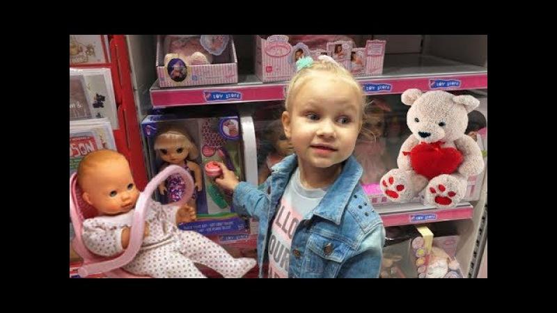 Красивая КУКЛА для девочек в магазине игрушек ! Алиса выбирает подарок на НОВЫЙ » Freewka.com - Смотреть онлайн в хорощем качестве