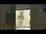 Пенсионер-инвалид поднимается в свою квартиру на улице Докучаева с помощью лебедки