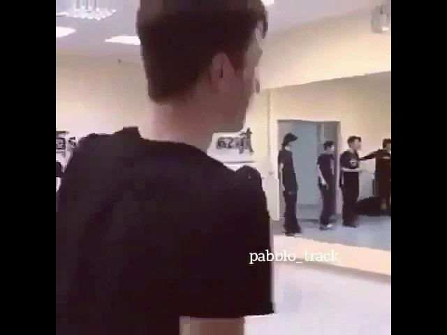 Чеченский танец,даже под русскую песню.🤘🏻