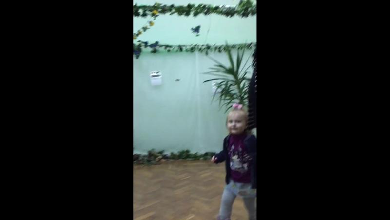 Девочка радуется полету живой бабочки