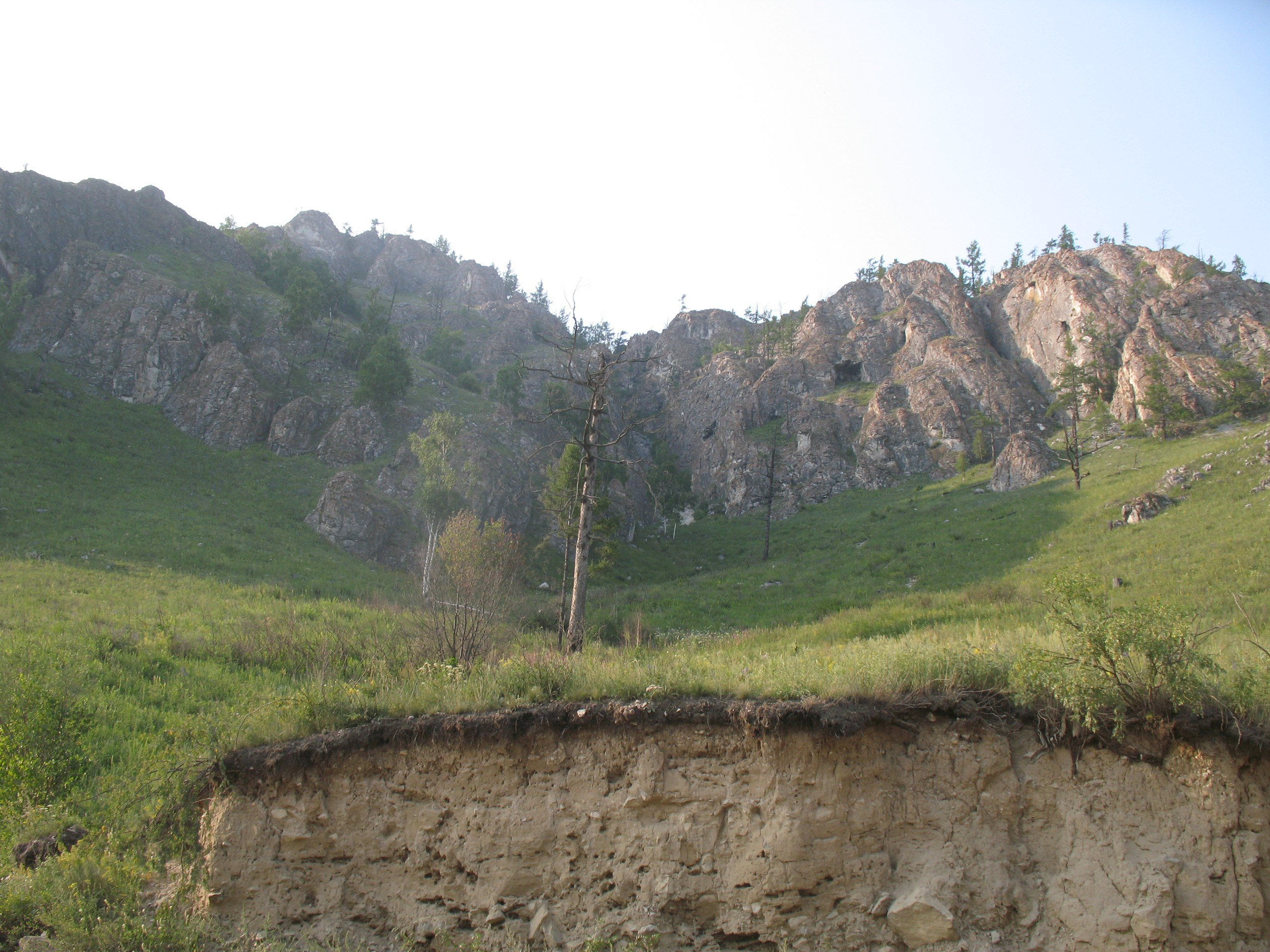 Где-то там среди скал находится вход в пещеру