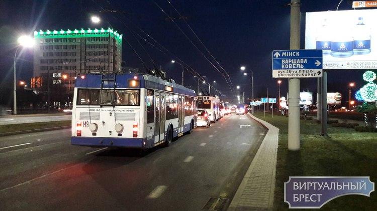 """С Московской на ул. 28-го Июля проезд затруднён: """"мерс"""" столкнулся с троллейбусом"""