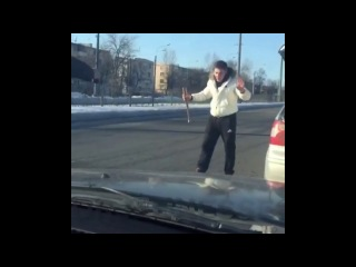 Харьков ,неадекват на дороге с ножом
