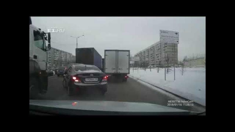 Hyundai Solaris заехал под фуру