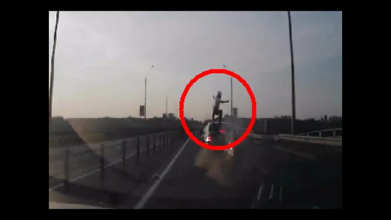 ДТП - Мотоциклист врезался, сделал сальто и приземлился на крышу авто
