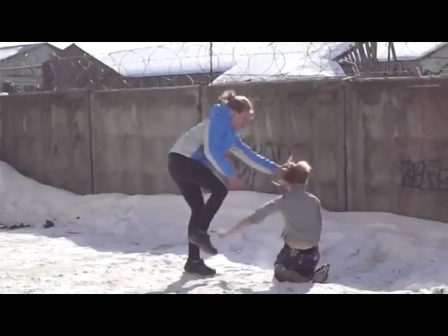 Зима, девки дирутся на льду