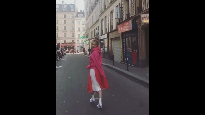 Cosmopolitankorea on instagram: 현아(@hyunah_aa)의 파리 패션화보 촬영 비하인드 씬을 공개합니다! 풀 버전 화보와 영상은 코스모 4월호와 SNS에서 만나보세요🙌 - @a.t.corner 앳코너