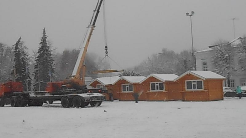 Размещение домиков на площади, Ульяновск 5 декабря 2017 (c)www.ulgrad.ru