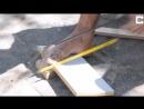 Безрукий Человек Строит Игрушки, Используя Свои Ноги
