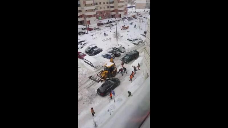 В Трехгорке коммунальщики дерутся за трактор