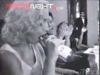Мадонна сосёт бутылку