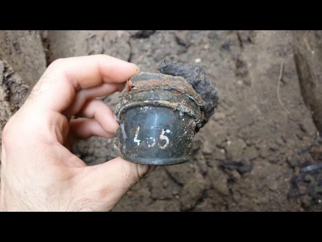 Находки чёрных копателей на дне окопа 18