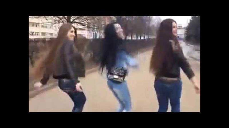 три девушки танцуют красиво